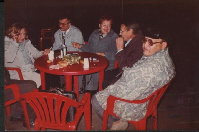 Борзунова С.А. (слева) с коллегами-писателями за столиком в одном из кафе. 1-й справа Яганов В., поэт, 2-й - Машук Б.А., писатель, 3-я - Машкина Г.Ф., сотрудник Дома-музея Г. Федосеева (г.Зея). 1990-е гг.