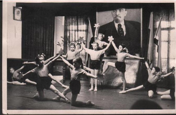 Исполнение спортивной пирамиды детьми. Новикова (Борзунова) Светлана стоит во 2-м ряду в центре. 1961 г.