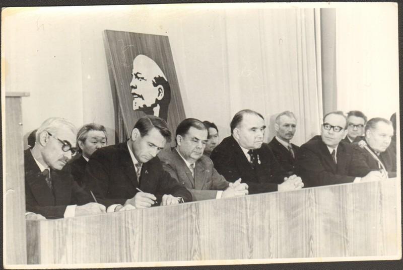 Почетный президиум совещания литераторов Дальнего Востока. В первом ряду второй слева – Машук Б.А., СССР, г. Благовещенск